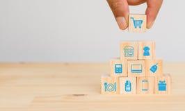 Het slimme kleinhandelsconcept, handmens probeert om het pictogram van kleinhandels te zetten verbindt, met inbegrip van boodscha stock fotografie