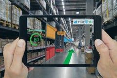 Het slimme kleinhandelsconcept, a-klant kan controleren welke gegevens van inzicht in real time in plankenstatus dat over een tab stock foto