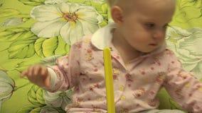 Het slimme Pasgeboren Spelen met een Piramidestuk speelgoed 4K UltraHD, UHD stock videobeelden