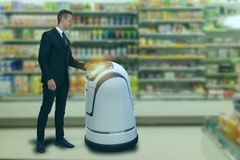 Het slimme robotachtige technologieconcept, customerr volgt een de dienstrobot aan een slimme kleinhandel in warenhuis, winkel, k stock afbeeldingen