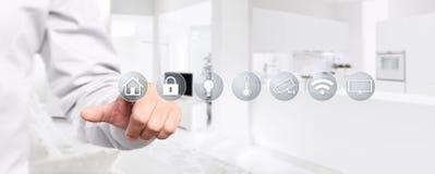 Het slimme scherm van de de handaanraking van de huisautomatisering met symbolen op binnenland royalty-vrije stock foto