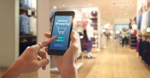 Het slimme telefoon online winkelen in vrouwenhand De aansluting van het netwerk stock afbeelding