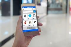 Het slimme telefoon online winkelen in vrouwenhand Winkelcentrum in bedelaars royalty-vrije stock foto
