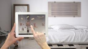 Het slimme verre systeem van de huiscontrole op een digitale tablet Apparaat met app pictogrammen stock fotografie
