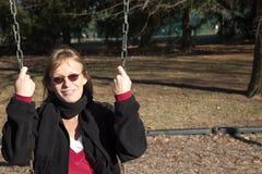 Het slingeren in de het plaatsen de winterzon Royalty-vrije Stock Foto's