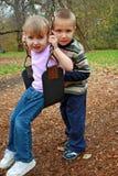 Het slingeren van de broer en van de zuster Royalty-vrije Stock Foto