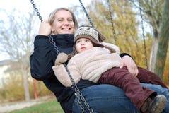 Het slingeren van de moeder en van de dochter royalty-vrije stock afbeelding