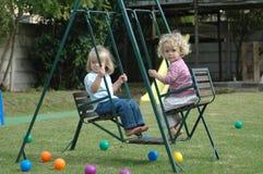 Het slingeren van kinderen Royalty-vrije Stock Afbeeldingen