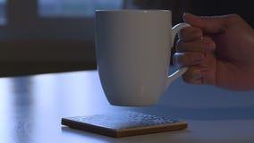 Het Slokje van de ochtendkoffie stock video