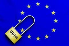 Het slot als symbool voor Privacy en de Algemene Gegevensbeschermingverordening aangaande de blauwe EU markeren stock afbeelding