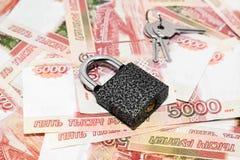 Het slot en de sleutels zijn op het Russische geld royalty-vrije stock foto's