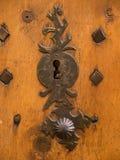 Het slot en het handvat van de smeedijzerdeur stock afbeelding