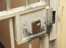 Het slot van de gevangeniscel Stock Foto's