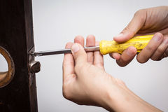 Het slot van de slotenmakermoeilijke situatie op houten deur stock foto