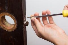Het slot van de slotenmakermoeilijke situatie op houten deur royalty-vrije stock foto