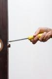 Het slot van de slotenmakermoeilijke situatie op houten deur stock afbeelding