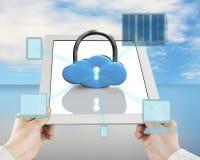 Het slot van de wolkenvorm op tablet met gegevensverwerkingsapparaten stock fotografie
