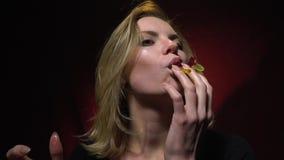 Het Slow-motion schieten als vrouw die vóór misselijkheid geleiwormen eten stock footage