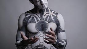 Het Slow-motion schieten, mannelijke androïde onderzoekt zijn menselijke handen stock videobeelden
