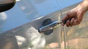 Het sluiten van de autodeur met sleutel stock footage
