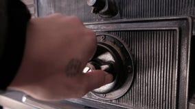 Het sluiten van en dan het openen van een brandkast - sluit omhoog op wijzerplaat stock video