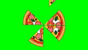 Het smakelijke kijken illustreerde gesneden salamipizza Animatie van verdwijnende plakken op het chroma zeer belangrijke groene s stock footage