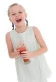 Het smakelijke rode tomatesap van de meisjedrank Royalty-vrije Stock Afbeelding