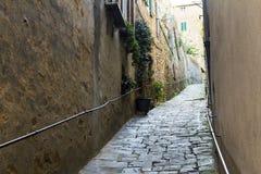 Het smalle straat uitgaan in een stad van Toscanië Stock Afbeelding