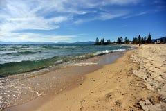 Het smaragdgroene golf breken op gouden zandstrand in Meer Tahoe Royalty-vrije Stock Fotografie