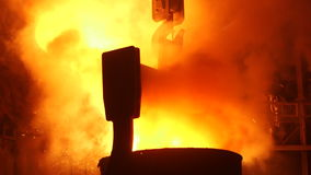 Het smelten van het metaal bij de fabriek stock video