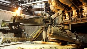 Het smelten van metaal in een staalfabriek, zwaar metallurgieconcept Voorraadlengte Op hoge temperatuur in de smeltende oven stock footage
