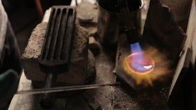 Het smelten van zilver door een soldeerlamp stock footage
