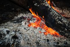 Het smeulen van steenkolen van het branden opent de brand het programma stock afbeelding