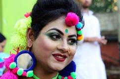 Het Smillingsportret van een meisje kleedde zich om het beroemde festival van holi in kolkata, India te vieren stock fotografie
