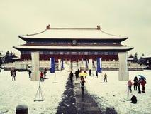 Het sneeuw en prachtige paleis in Peking stock foto