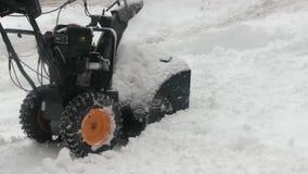 Het sneeuw-verwijdering werk met een sneeuwblazer stock video
