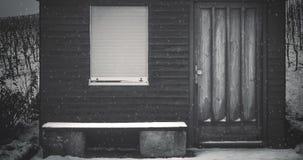 Het sneeuwen bij de hut in de winter stock footage