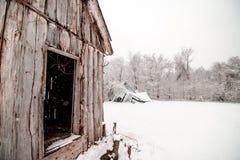 Het sneeuwen op Schuur in de Winter royalty-vrije stock afbeelding