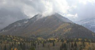 Het sneeuwen over bergen in Utah stock videobeelden
