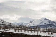 Het sneeuwlandschap van de vulkaanberg in IJsland Stock Foto