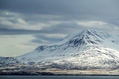 Het sneeuwlandschap van de vulkaanberg in IJsland Stock Afbeeldingen