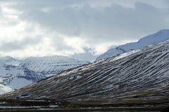 Het sneeuwlandschap van de vulkaanberg in IJsland Stock Foto's