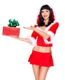 Het sneeuwmeisje houdt gift van het Kerstmis de nieuwe jaar en richt op het Royalty-vrije Stock Foto