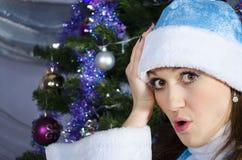 Het sneeuwmeisje wordt gehouden door het hoofd Royalty-vrije Stock Afbeelding