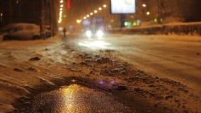 Het sneeuwverkeer van de Nachtstraat stock video