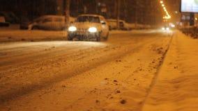 Het sneeuwverkeer van de Nachtweg stock footage