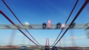 Het snelle Drijven op 25 DE Abril Bridge in Lissabon stock footage