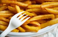 Het snelle voedsel van de frietenaardappel en beschikbare plastic vork Royalty-vrije Stock Fotografie