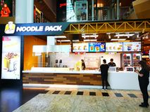 Het snelle voedselrestaurant van het noedelpak bij wandelgalerijbaneasa Winkelende Stad, Roemenië royalty-vrije stock foto