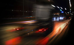 Het snelle vrachtwagen drijven op nachtweg Royalty-vrije Stock Foto
